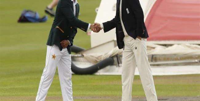 इंग्लैंड व पाकिस्तान के बीच  टैस्ट मैच में नियम ही भूल गए पाक कप्तान और कर दी ये हरकत , जानिए क्या है पूरा मामला